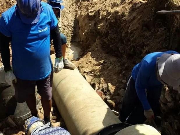 Equipe está fazendo a manutenção na Adutora Semiárido (Foto: Deso/Divulgação)