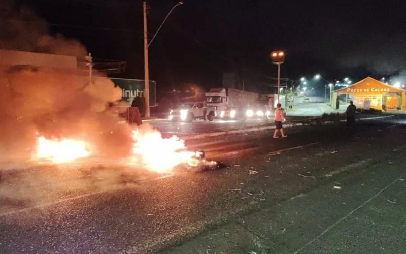 Caminhoneiros colocam fogo em pneus no Marco Divisório em Poços de Caldas — Foto: Marcos Corrêa