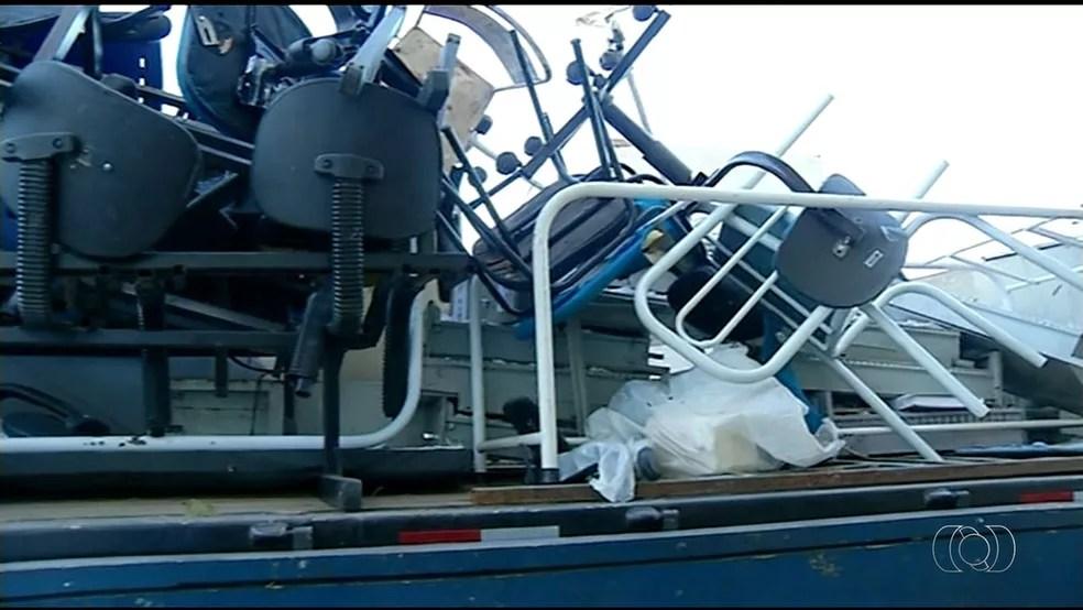 Mesas, cadeiras e documentos estão entre os objetos guardados no local (Foto: Reprodução/TV Anhanguera)