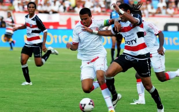 Dênis Marques deu muito trabalho à defesa do Náutico (Foto: Aldo Carneiro)