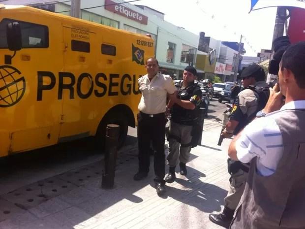 Motorista do carro-forte foi preso por desacato  (Foto: Fabiana De Mutiis/G1)