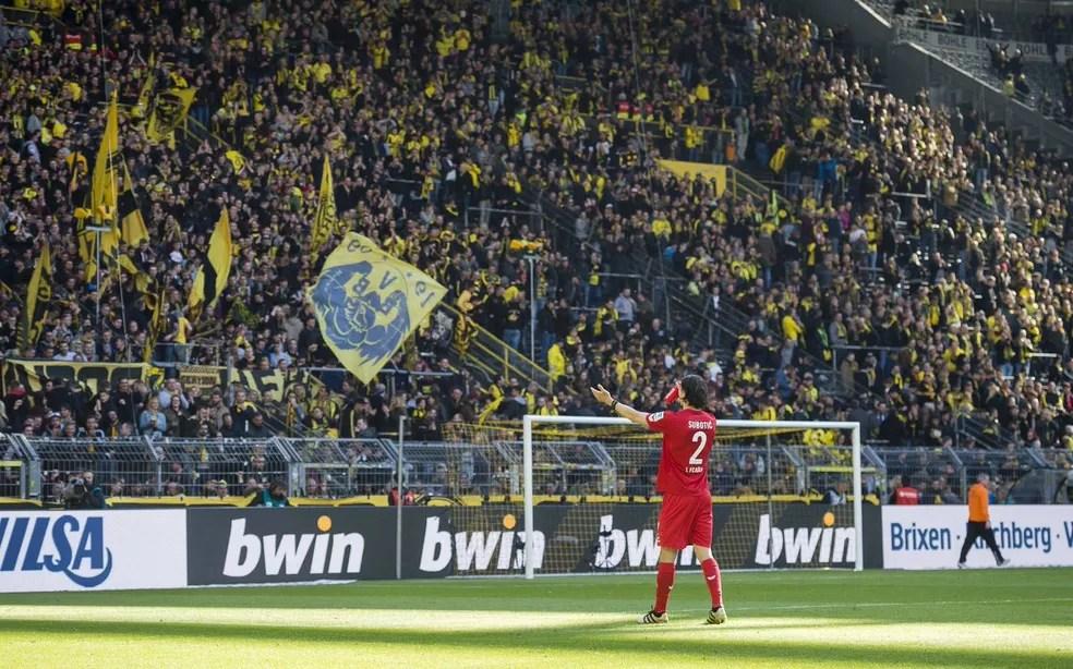 Subotic é ovacionado pela torcida do Borussia Dortmund (Foto: Divulgação / Twitter)