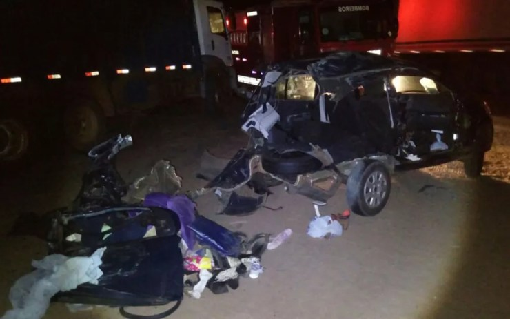 Carro em que estavam as três estudantes ficou destruído (Foto: Divulgação/Talles Freitas)