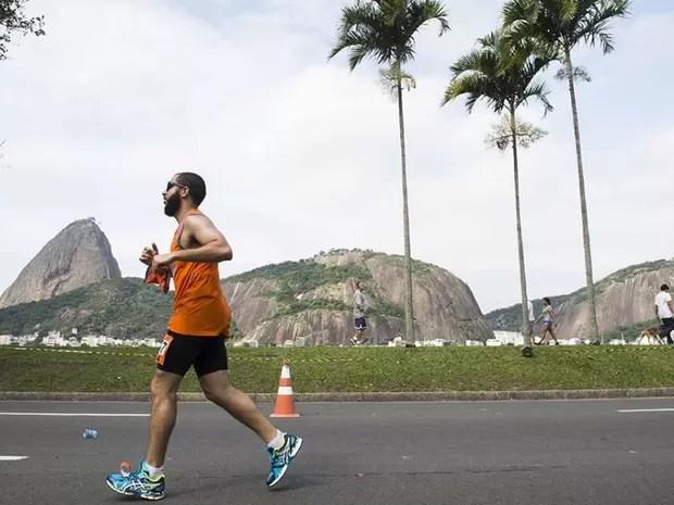 Corredor passa pela Praia de Botafogo durante a Maratona do Rio, em 2015 (Foto: Reprodução/Site Oficial)
