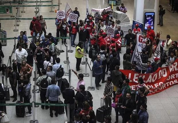 Manifestantes protestam no aeroporto Santos Dumont, RJ (Foto: Antonio Lacerda/EFE)