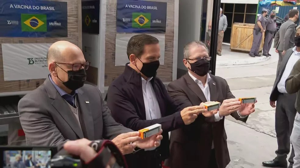 Governador João Doria (PSDB), o diretor do Instituto Butantan, Dimas Covas e o secretário estadual da Saúde, Jean Gorinchteyn — Foto: Reprodução/TV Globo