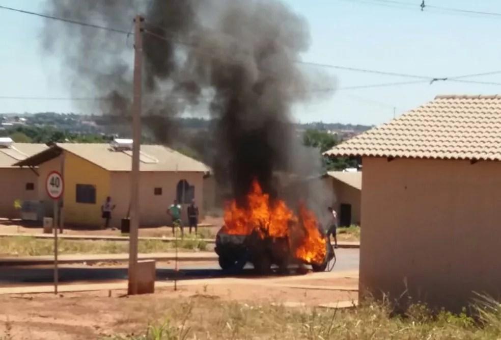 Carro ficou destruído após incêndio neste domingo (Foto: Divulgação/ Portal Fatos e Notícias )