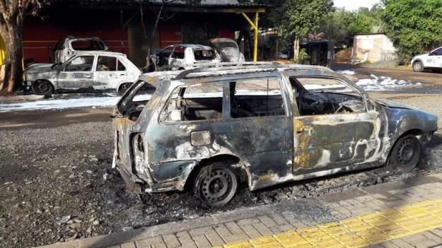 Dez carros foram incendiados durante a madrugada em oficina mecânica de Foz do Iguaçu (Foto: Raphaela Potter/RPC Foz do Iguaçu)