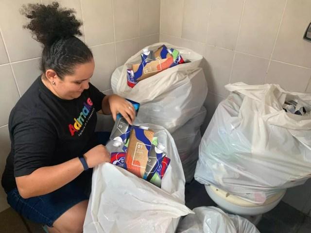 Isabella Nunes faz a separação de resíduos em casa — Foto: Thamires Cruz