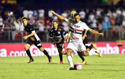 Nenê, de pênalti, fez o gol da vitória do São Paulo sobre o Bragantino, pelo Paulistão (Foto: Marcos Ribolli)
