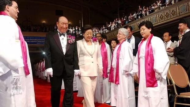 Foto de 14 de setembro de 2002 mostra o reverendo Sun Myung Moon e sua esposa Hak Ja Han Moon caminhando por um tapete vermelho em cerimônia no Manhattan Center de Nova York (Foto: Stephen Chernin/AP)