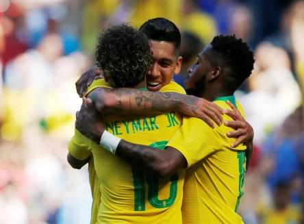 Fred com Neymar e Firmino, os autores dos gols contra a Croácia (Foto: Andrew Yates / Reuters)