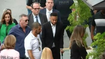 Neymar chega com advogados e de muletas para depor — Foto: Reuters