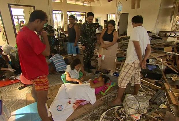 Em meio aos escombros do aeroporto da cidade, foi montado um hospital improvisado. (Foto: BBC)
