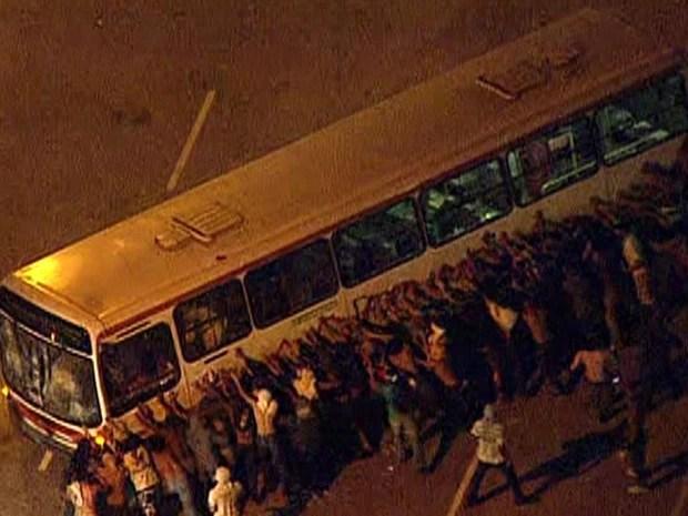 Vândalos tentam virar ônibus em Niterói (Foto: G1)