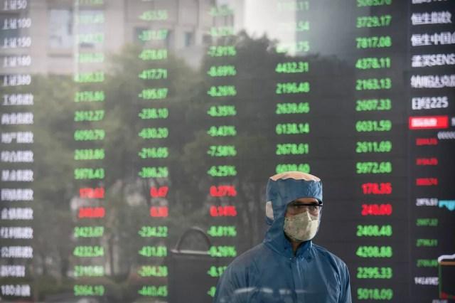 Operador da bola de Xangai trabalha com máscara na abertura do mercado chinês, nesta segunda-feira (3) — Foto: AP Photo