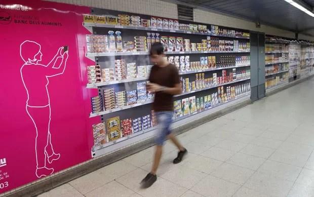 Supermercado virtual em metrô de Barcelona permite que usuários façam compras antes de ir para a casa (Foto: Gustau Nacarino/Reuters)