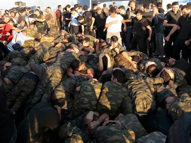 Soldados se renderam após ficar claro que tentativa de golpe fracassaria (Foto: REUTERS/Stringer )
