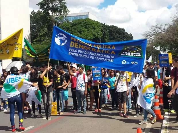 Estudantes durante marcha pela Esplanada dos Ministérios nesta quinta (16) (Foto: Luciana Amaral/G1)