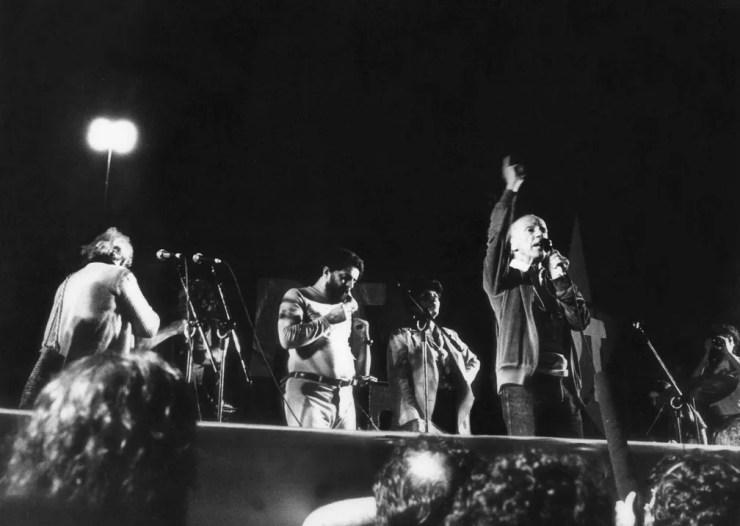 Hélio Bicudo discursa em comício do Partido dos Trabalhadores (PT), que reuniu 70 mil pessoas em frente ao estádio do Pacaembu, em São Paulo, em novembro de 1982 (Foto: Luiz Gevaerd/Estadão Conteúdo/Arquivo)