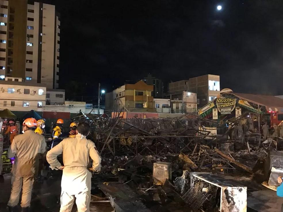 24 barracas e uma palhoças foram atingidas pelo incêndio no Parque do Povo, segundo polícia  (Foto: Artur Lira/G1)