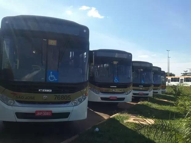 Ônibus parados em terminal de Ceilândia Norte, no DF, nesta terça-feira (31), durante paralisação-relâmpago de rodoviários (Foto: Mateus Vidigal/G1)