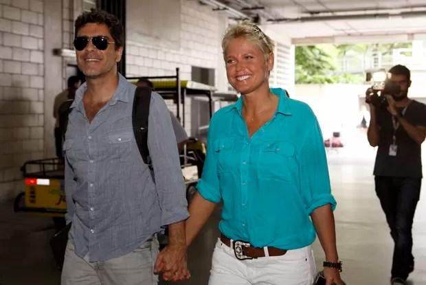 Xxua chega ao Projac acompanhada do namorado Junno (Foto: TV Xuxa / TV Globo)