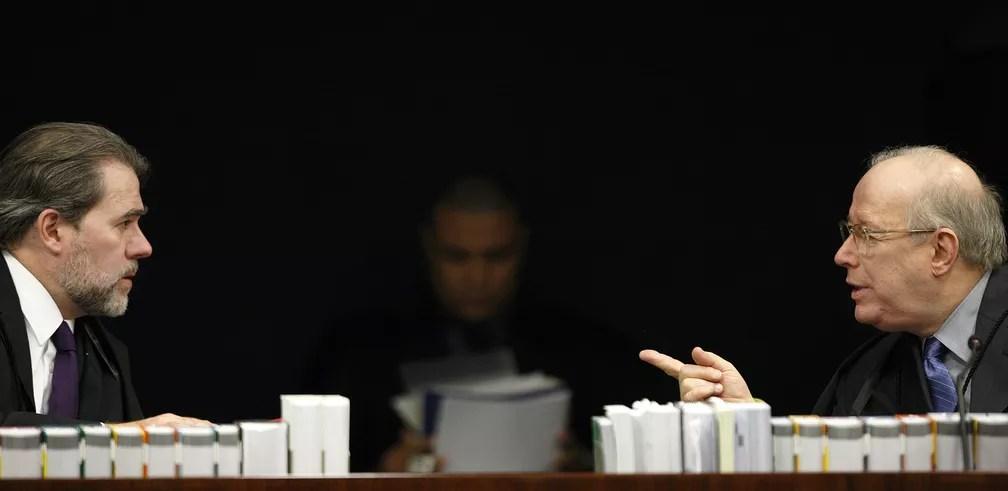 Novo presidente do STF, Dias Toffoli conversa no plenário da 2ª Turma com o decano da Corte, ministro Celso de Mello — Foto: Rosinei Coutinho/STF