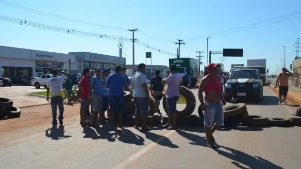 Após acordo com a PRF-AC, os caminhoneiros liberaram parte da via (Foto: Aline Nascimento/G1)