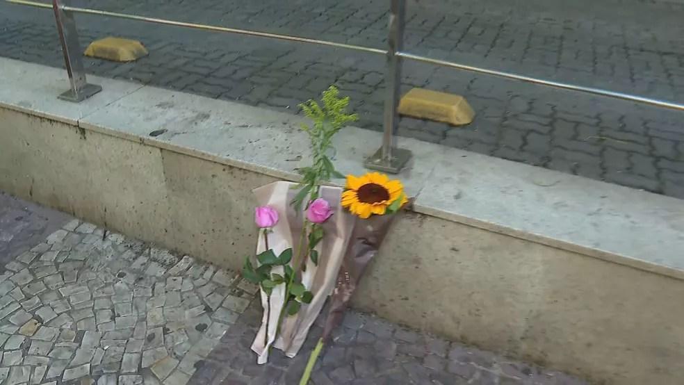 Fãs deixaram flores na porta do hospital onde Paulo Gustavo ficou internado — Foto: Reprodução/ TV Globo