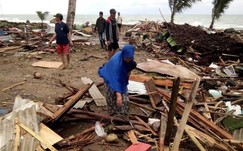 Moradores inspecionam danos em casas na praia de Carita — Foto: AFP Photo