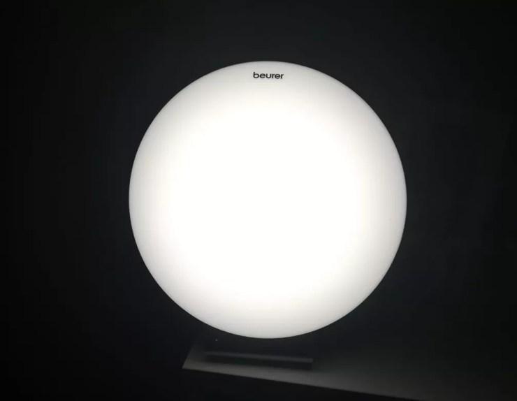 Quando acesa, porém, lâmpada tenta imitar luz do sol — Foto: Nathália Pimenta/Arquivo pessoal