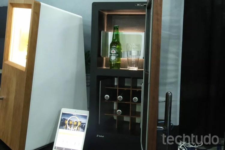 Geladeira DrinkShift avisa quando sua cerveja vai acabar — Foto: Luciana Maline/TechTudo