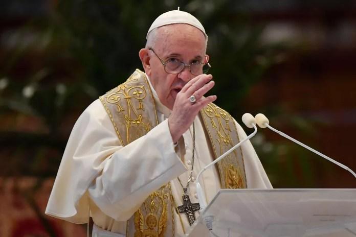 """Papa Francisco dá a benção """"Urbi et Orbi"""" na Basílica de São Pedro, neste domingo de Páscoa  — Foto:  Andreas Solaro / Reuters"""