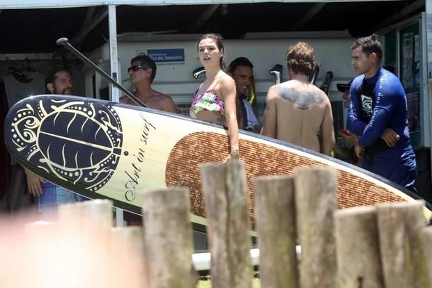 Isis Valverde curte praia no Rio de Janeiro (Foto: Marcos Ferreira / FotoRioNews)