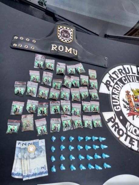 """Com o adolescente foram apreendidas as porções de """"Bolso Bek"""", além de cocaína e R$ 7 — Foto: Guarda Municipal de Mogi Mirim"""