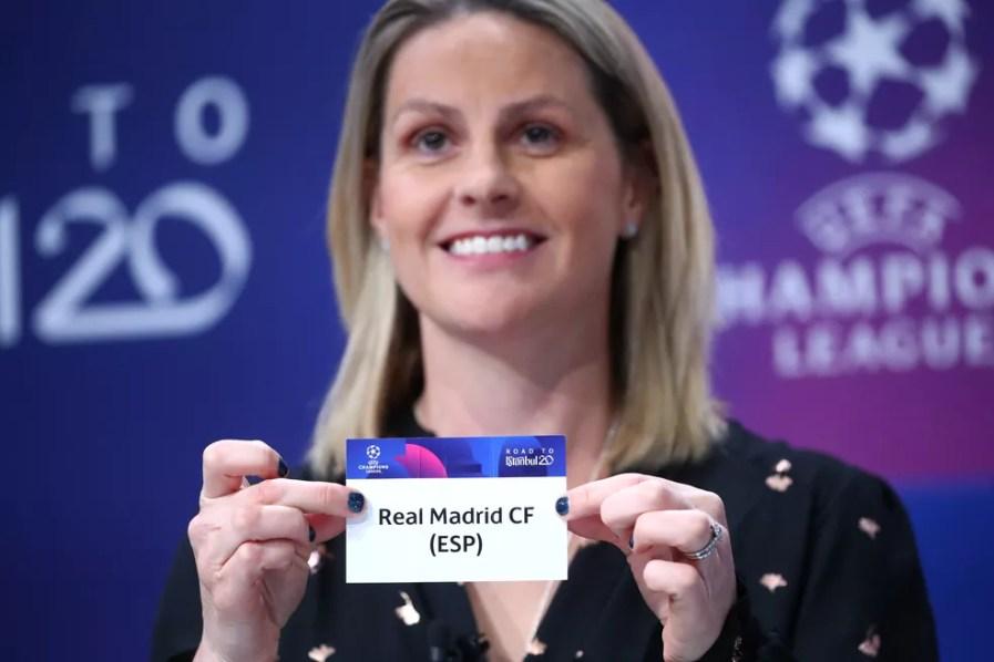 A ex-jogadora inglesa Kelly Smith foi responsável por tirar a bolinha que definiu confronto Real x City — Foto: Reuters