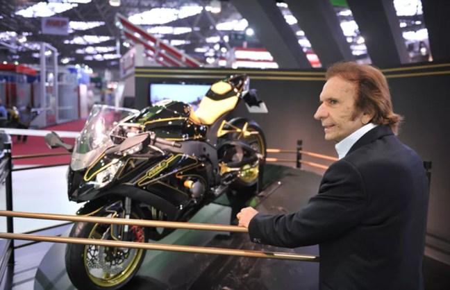 Emerson Fittipaldi, em 2011, ao lado da moto inspirada na Lotus com que foi campeão da F-1 (Foto: Raul Zito / G1)