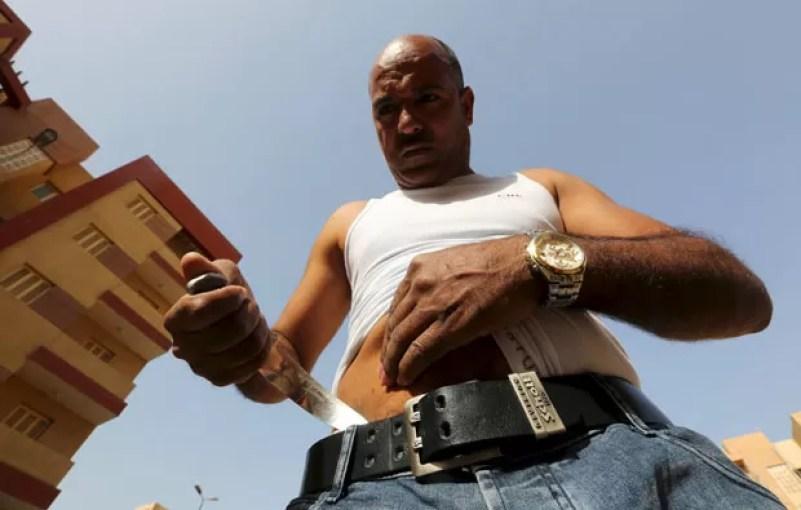 Hussein fez faca entortar ao forçá-la contra seu abdômen (Foto: Mohamed Abd El Ghany/Reuters)