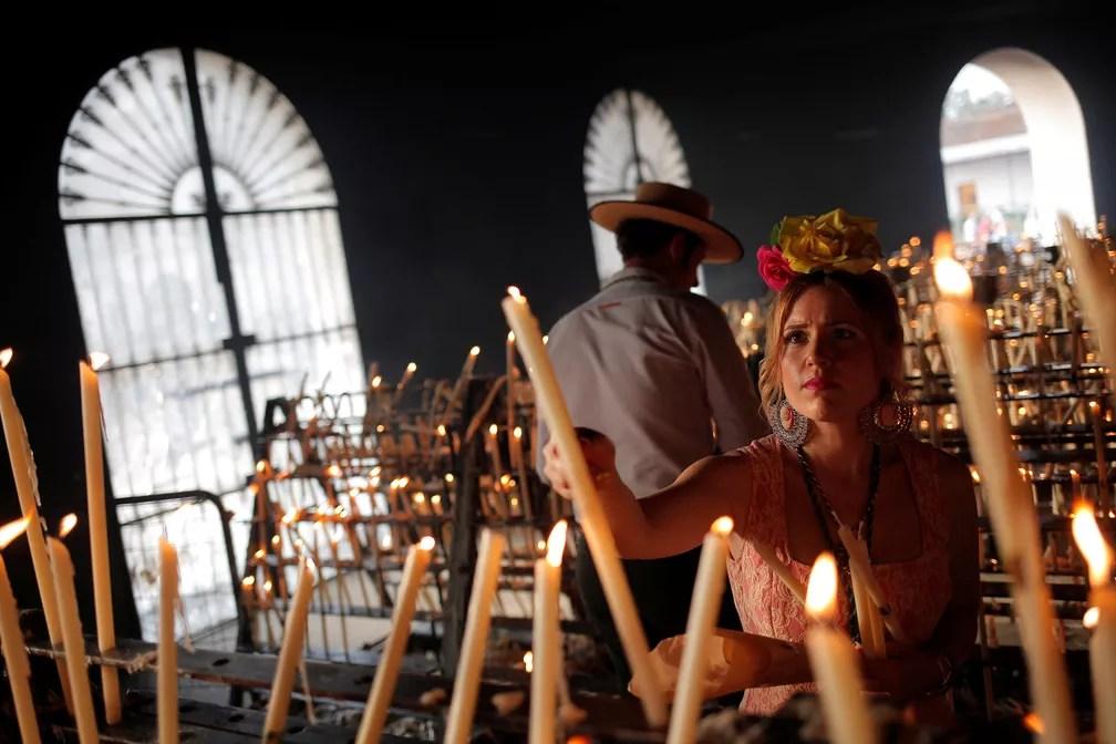 2 de junho - Peregrinos acendem velas durante uma peregrinação ao santuário de El Rocio, em Almonte, no sul de Espanha (Foto: Jon Nazca/Reuters)