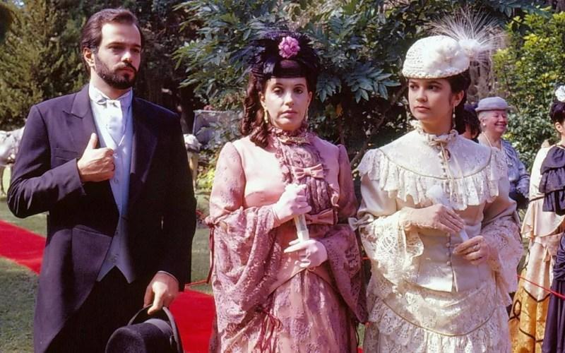 Maria Isabel de Lizandra, entre Jayme Periard e Sandra Annenberg, na novela Pacto de Sangue — Foto: Acervo TV Globo