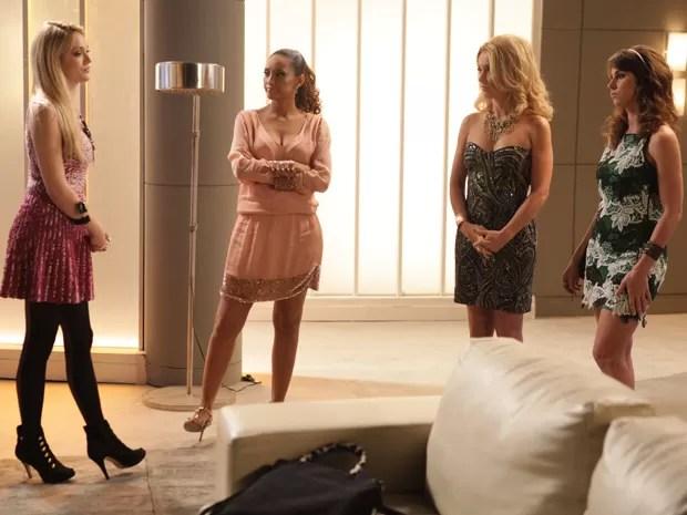 Megan vê que Manu vai participar do programa e fica irritada (Foto: Pedro Curi/TV Globo)