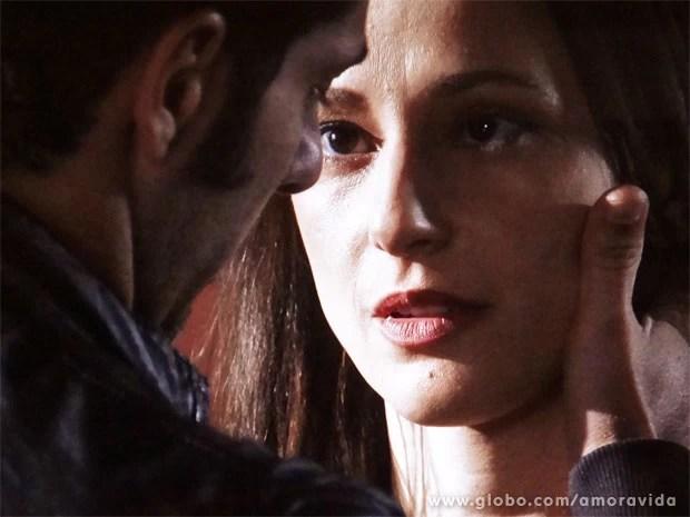 Será que as brigas eram válvula de escape para a atração entre Rebeca e Pérsio? (Foto: Amor à Vida/TV Globo)