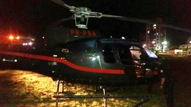Helicóptero pousou em campo de várzea em Praia Grande, SP (Foto: G1)