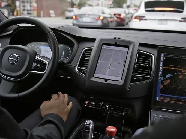 Uber anuncia parceria com a Mercedes-Benz - Interior do carro autônomo da Uber em São Francisco; obrigatoriamente há um motorista a postos no banco da frente (Foto: Eric Risberg/AP)