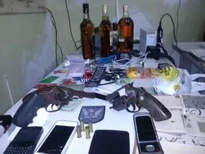 Polícia recuperou material apreendido com criminosos na noite desta quint-feira (25) em Natal (Foto: Reprodução/Inter TV Cabugi)