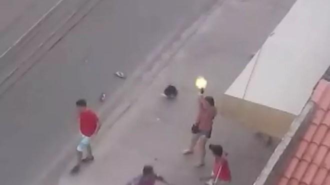 Escrivã da Polícia Civil dispara para impedir linchamento de torcerdor — Foto: Reprodução