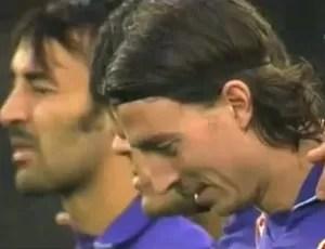 Riccardo Montolivo, da Fiorentina, ri durante minuto de silêncio na itália (Foto: Reprodução)
