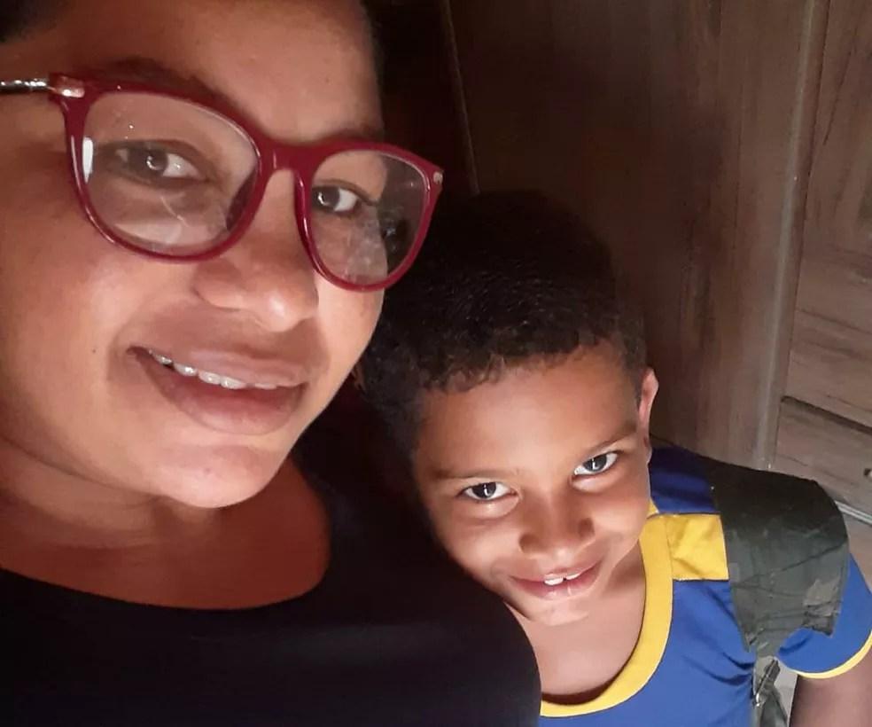 Maria Rejane Sousa e o filho Ruan de Sousa, de 9 anos, aluno do 4º ano do Ensino Fundamental da Escola Municipal Roberto Cerqueira Dantas. — Foto: Arquivo Pessoal