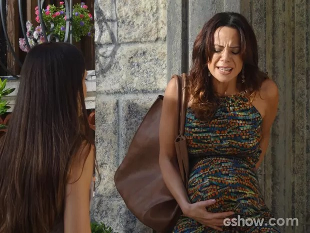 Cheia de dor, Juliana é amparada por Guiomar (Foto: Em Família/TV Globo)